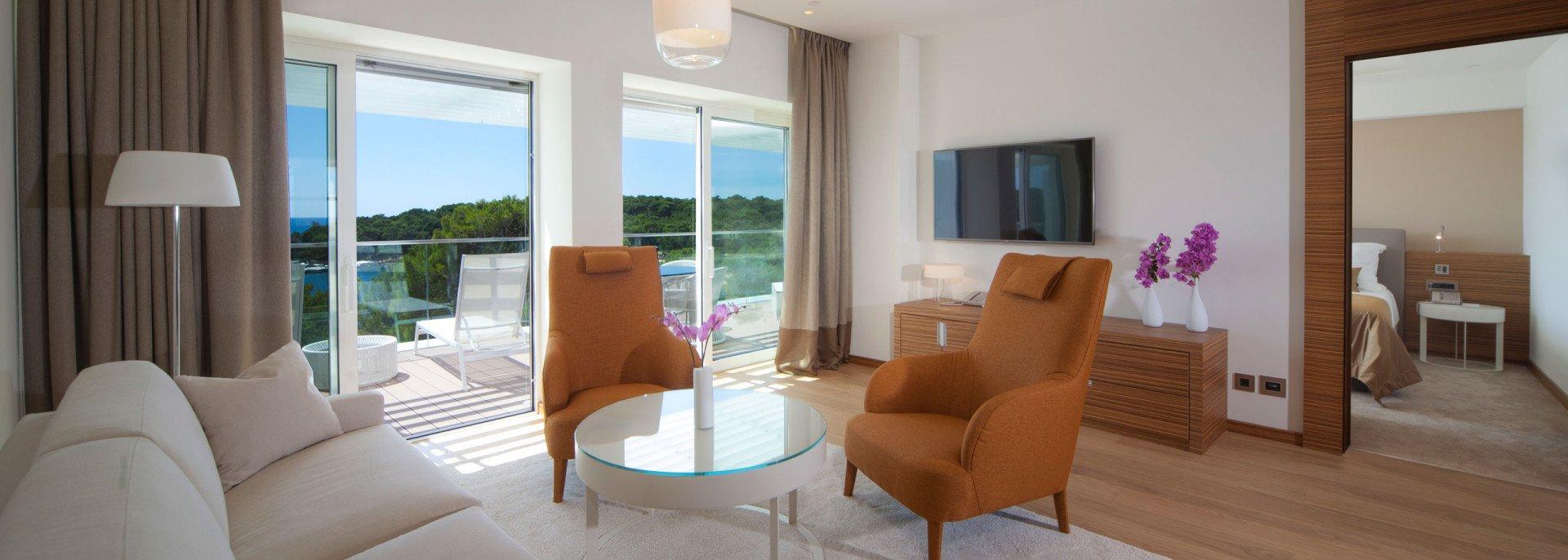 https://www.losinj-hotels.com/assets/Bellevue/Rooms-Suites/_resampled/CroppedFocusedImageWyIxOTIwIiwiNjg2IiwieSIsMjU3XQ/Bellevue-suite2.jpg