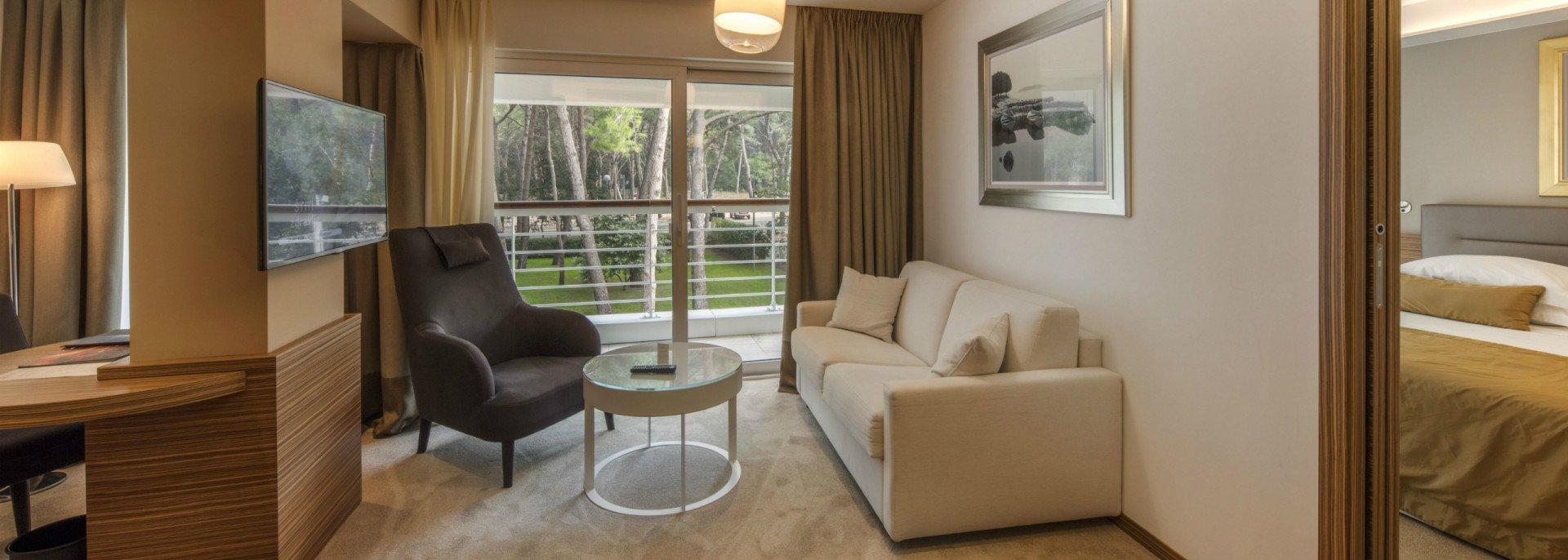 https://www.losinj-hotels.com/assets/Bellevue/Rooms-Suites/_resampled/CroppedFocusedImageWyIxOTIwIiwiNjg2IiwieSIsMjU3XQ/Junior-suite-park-side.jpg