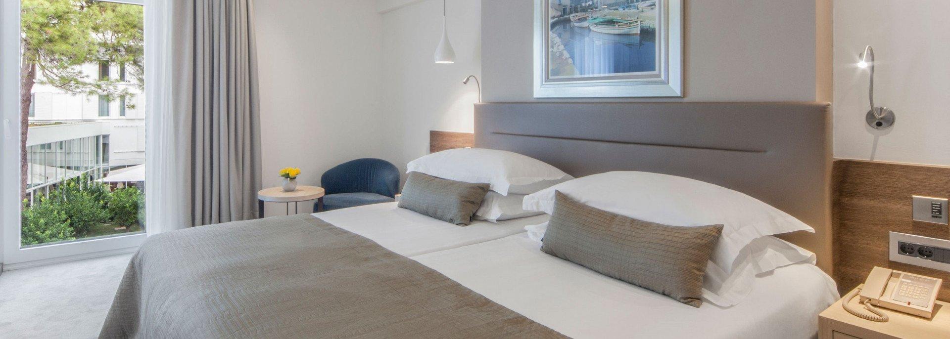 https://www.losinj-hotels.com/assets/Bellevue/Rooms-Suites/_resampled/CroppedFocusedImageWyIxOTIwIiwiNjg2IiwieSIsMjU3XQ/atrij.jpg