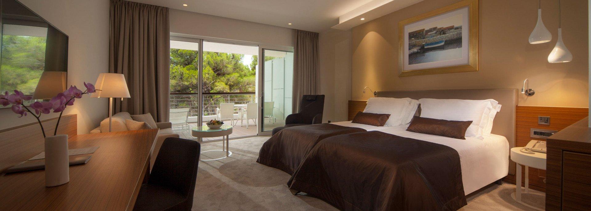 https://www.losinj-hotels.com/assets/Bellevue/Rooms-Suites/_resampled/CroppedFocusedImageWyIxOTIwIiwiNjg2IiwieSIsMjU3XQ/deluxe-park-side.jpg