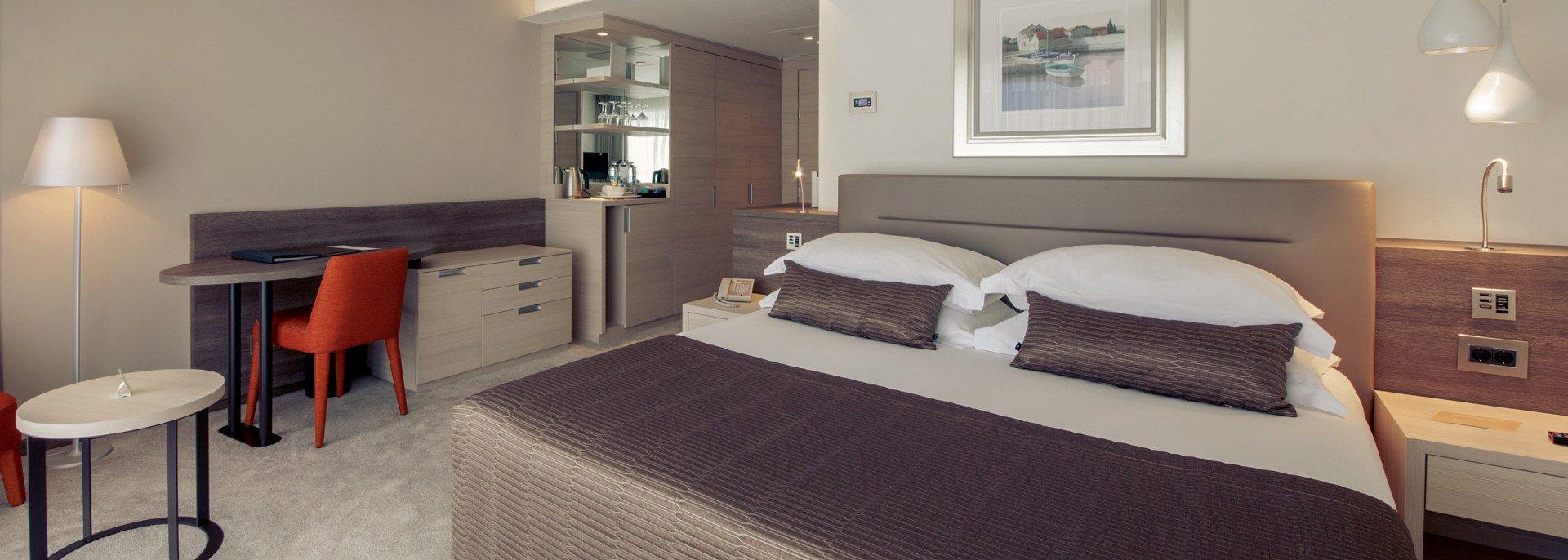 https://www.losinj-hotels.com/assets/Bellevue/Rooms-Suites/_resampled/CroppedFocusedImageWyIxOTIwIiwiNjg2IiwieSIsMjU3XQ/superior-park-side-francuski.jpg