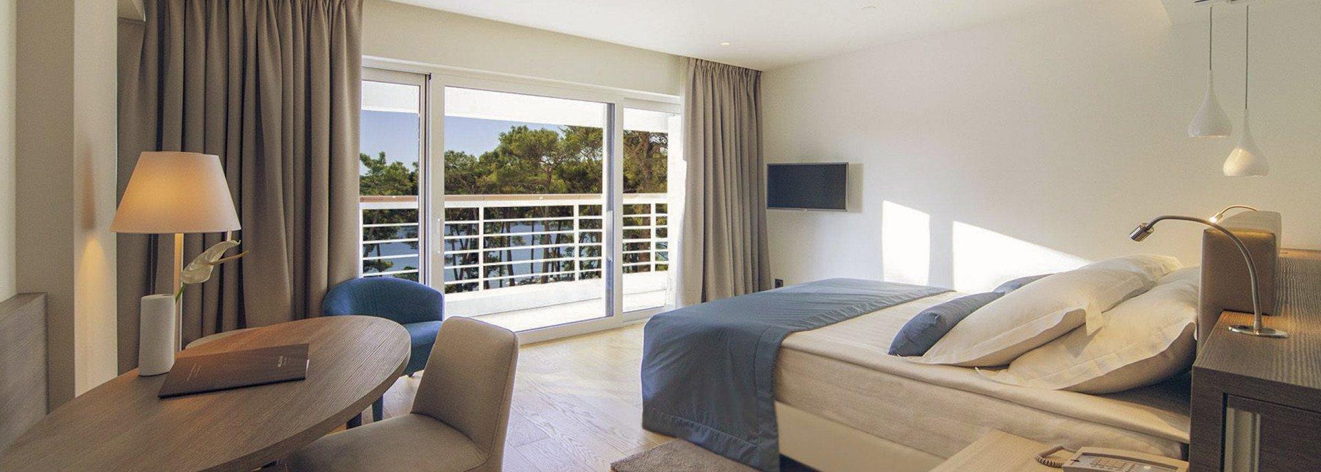 https://www.losinj-hotels.com/assets/Bellevue/Rooms-Suites/_resampled/CroppedFocusedImageWyIxOTIwIiwiNjg2IiwieSIsMjU3XQ/superior-sea-side.jpg