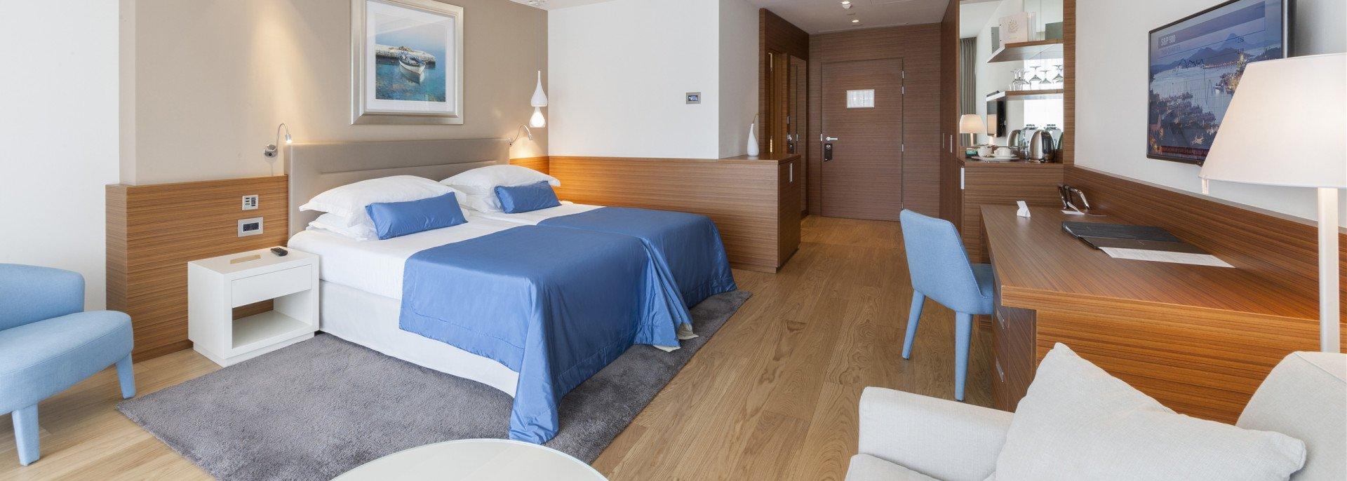 https://www.losinj-hotels.com/assets/Bellevue/Rooms-Suites/_resampled/CroppedFocusedImageWyIxOTIwIiwiNjg2IiwieSIsMzQ1XQ/deluxe-1.jpg
