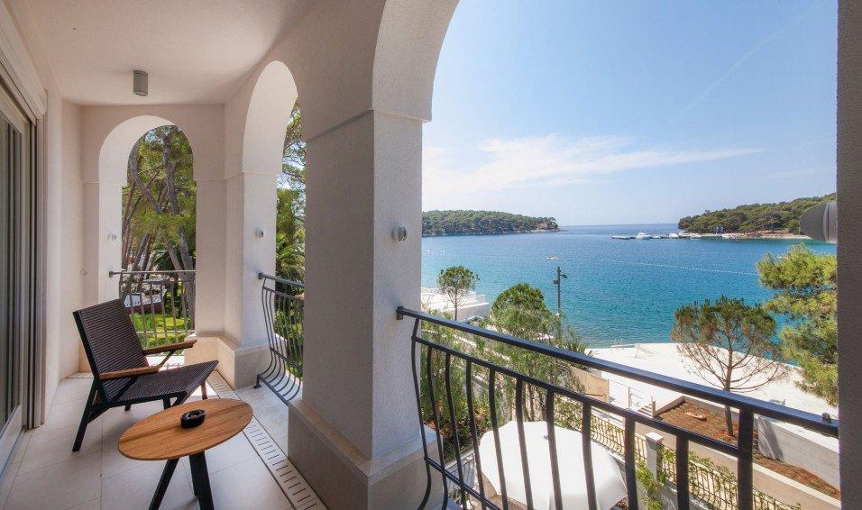 https://www.losinj-hotels.com/assets/Vila-Hortensia/Gallery/_resampled/CroppedFocusedImageWyI5NTYiLCI1NjYiLCJ5IiwxNV0/hortensia-rooms-suites-5.jpg