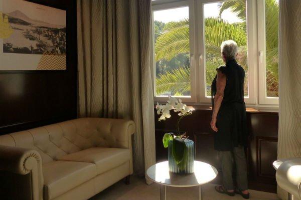 Barbara Bandler Steinmetz in der Bibliothek vom Hotel Alhambra, Insel Losinj