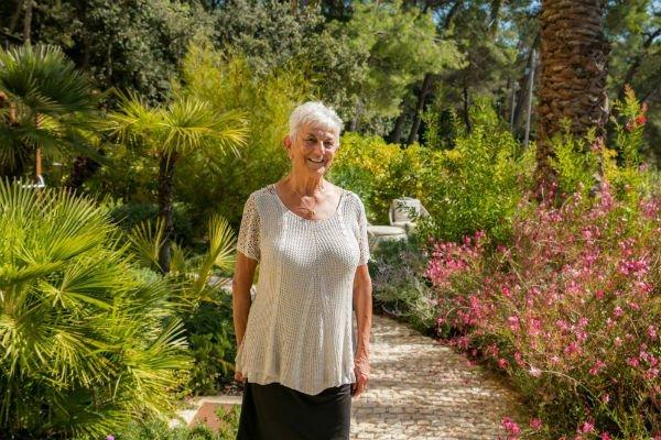 Barbara Bandler Steinmetz im Garten vom Hotel Alhambra