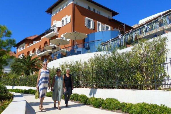 Barbara Bandler Steinmetz mit ihren Töchtern Julie Steinmetz Shaffer und Monica Steinmetz Sageman vor dem Boutique Hotel Alhambra, Mali Losinj